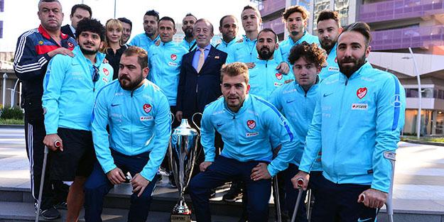 Ali Ağaoğlu, Ampute Milli Takımı'na tapuları verdi
