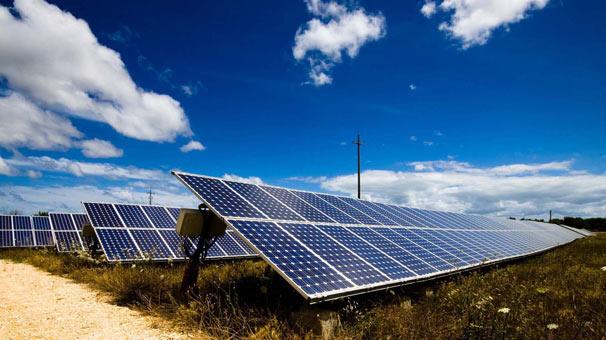 Evinin bahçesine güneş enerji kurdu