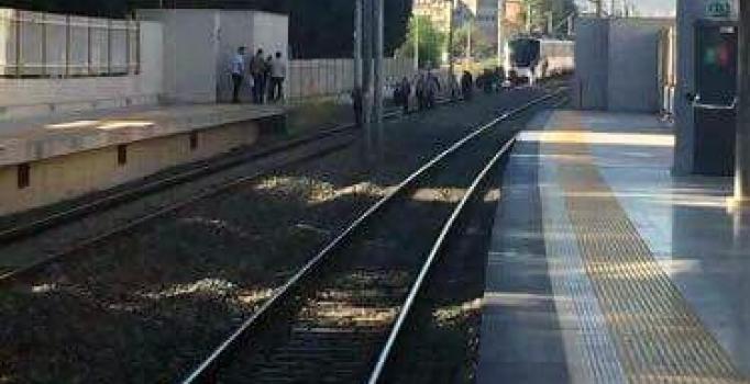İzmir'de trenin önüne atlayıp intihar etti