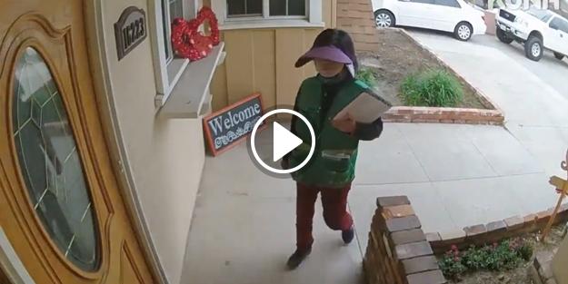 Kapıya broşür bırakan kadının aklını alan köpek