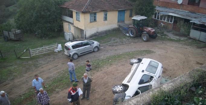 Sakarya'da ticari araç yoldan uçtu