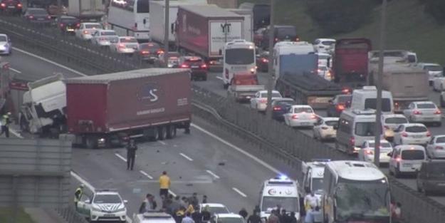 TEM Otoyolunda kaza! Yol trafiğe kapatıldı