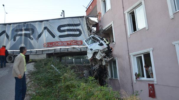 TIR apartman dairesine girdi: 1 kişi hayatını kaybetti