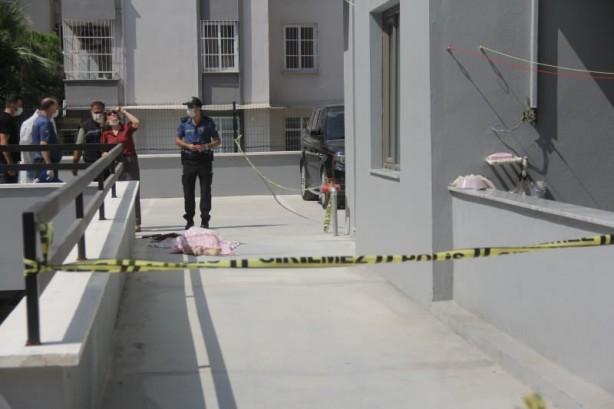 Foto - Komşular baktıklarında 19 katlı rezidansın 13. katında oturan 70 yaşındaki Harun Kütük'ü yaralı halde görüp polise ve sağlık ekiplerine haber verdi. Olay yerine gelen sağlık ekipleri Kütük'ün hayatını kaybettiğini belirledi.