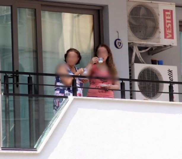 Foto - Polis ise Kütük'ün aşağı nasıl düştüğünü araştırmaya başladı. Polis, düşme ihtimalleri üzerine duruyor. Polis ekipleri, ceset başında inceleme yaparken 1. katta oturan Kütük'ün komşularının kahve içerek olayı birbirine anlatmaları dikkat çekti.