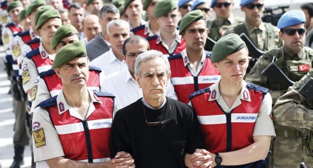 """Foto - """"Ona Albay demek yakışıksız olur, o vatan haini beni aradı, sıkıyönetim ilan edildiğini, önce Valilik ve Emniyet binaları ile Belediye binalarını ablukaya almamı istedi. Ben ise emre uymayacağımı söylemem üzerine 'seni yüce divanda yargılatırım' diyerek beni tehdit etti. Türk Silahlı Kuvvetleri cani, katil değildir. Bunlar TSK üniforması giymiş bir avuç teröristtir. TSK, devletine, milletine silah sıkmaz. Bu vatan haini gece beni arayarak, Ülke genelinde sıkıyönetim ilan edildiğini, Kahramanmaraş Valiliğini, Emniyet Müdürlüğünü, Büyükşehir Belediyesini zırhlı araçlarla ablukaya almamı ve çevre yollar ile kentin ana arterlerine de zırhlı araçlar yerleştirmemi istedi. Ben de bu kanunsuz emre uymayacağımı belirttim. Bunun üzerine o vatan haini beni 'emrimi yerine getirmezsen seni yüce divanda yargılatırım' diyerek tehdit etti. Hemen Kahramanmaraş Valimiz Vahdettin Özkan'ı arayarak, Tugay'da hiçbir hareketliliğin olmayacağını, Türk Silahlı Kuvvetleri olarak devletimizin, milletimizin ve vatanımızın yanında olduğumuzu söyledim. Biz her zaman devletimizin, milletimizin yanındayız. Onlar asker olamazlar, onlar bir avuç vatan haininden başka bir şey değiller. Buradaki rütbeli arkadaşları da toplayarak hiçbir hareketliliğin yaşanmaması emrini verdim. Daha sonra Kahramanmaraş Valiliğimizin başkanlığındaki Valilik toplantı salonundaki toplantıya katıldım. Ben şunu söylemek istiyorum; Türk askeri cani değildir, katil hiç değildir. Türk askeri, ne devletine, ne milletine ne de bu vatana silah doğrultmaz. Onlar TSK içerisinde TSK üniforması giymiş terörist sürüleridir."""