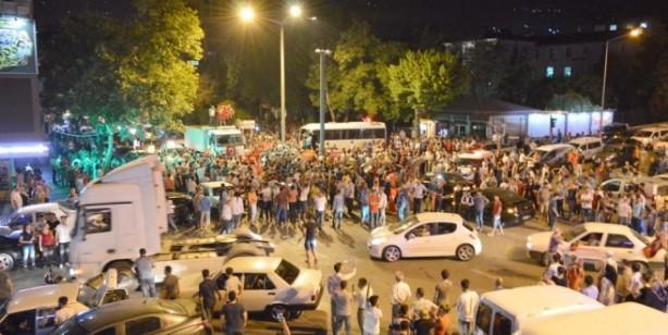 Foto - Başta önemli şehirler ve kışlalar olmak üzerek birçok askeri konuma yerleşen FETÖ'cü darbeciler, 15 Temmuz gecesi Türkiye'de darbe girişimine teşebbüs etti.