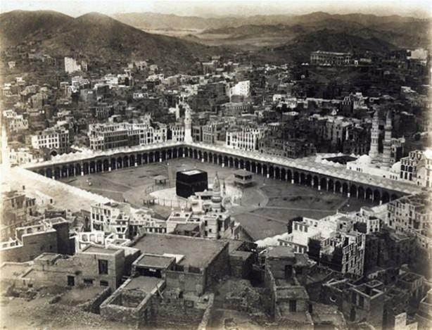 Güneşli bir kasım sabahında Mekke'deki Kabe Harem-i Şerif'te 100 bin kadar hacı, Şeyh Muhammed b. Sebil'in imamlığında kılınan sabah namazı sırasında esir alınır.