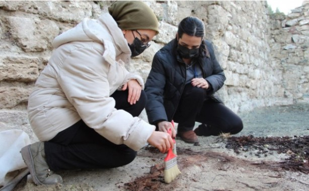 Foto - 2. Murad Cami'nde süren çalışmalara başkanlık eden Uzman Sanat Tarihçisi Dilek Kaçar, cami hakkında şu bilgileri verdi: Üzerinde bulunduğumuz Sultan 2. Murad Cami, 1429 yılında Sultan 2. Murad'ın emriyle inşa ediliyor. Evliya Çelebi'nin seyahatnamesinden biz burayla ilgili daha detaylı bilgilere ulaşıyoruz. Yukarıda gördüğümüz kale şehrin ana merkezi ve Bizans Dönemi'nde yapılıyor. Selçuklular zamanında Afşin Bey tarafından fetih ediliyor.