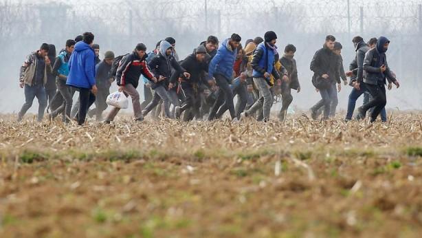 Foto - MÜLTECİLER UMUT YOLCULUĞUNDA: 5- Türkiye Suriyeli mültecilere Avrupa'ya gitmeleri için sınır kapılarını açtı 27 Şubat 2020'de gerçekleşen İdlib saldırısı sonucu Cumurbaşkanı Recep Tayip Erdoğan'ın talimatı ile değişen politika kapsamında hudut kapılarının mültecilere açıldığı açıklandı. Açıklamanın hemen ardından başta Suriyeli, Iraklı ve Afgan mülteci ve göçmenler Avrupa'ya gitmek için Edirne üzerinden Yunanistan ve Bulgaristan'a doğru yola çıktı.