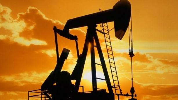 Foto - PETROL FİYATLARINDA SERT DÜŞÜŞ: 7- Petrol fiyatlarında 1991 Körfez Savaşı'ndan bu yana en sert düşüş yaşandı Petrol İhraç Eden Ülkeler Örgütü (OPEC) ile Rusya'nın liderliğindeki örgüt üyesi olmayan ülkeler üç yıldır OPEC adı altında birlikte hareket ederek üretimlerini gönüllü olarak kısmışlardı. Ancak günde 2.1 milyon varil petrolü piyasadan çekerek fiyatları yükselmesine neden olan anlaşmanın uzatılması için geçen hafta yapılan görüşmeler Rusya'nın üretimi daha da kısmayı kabul etmemesi üzerine başarısız oldu ve taraflar anlaşmadan vazgeçti. Bunun üzerine 9 Mart 2020 Pazartesi günü petrol fiyatları yüzde 30 düştü. Bu sonuçla, ham petrol fiyatları Şubat 2016'dan bu yana en düşük seviyelerine geriledi. Ayrıca yüzde 30'un üzerinde düşüşle Ocak 1991'deki Körfez Savaşı'ndan bu yana yüzdelik bazda en sert günlük kaybını kaydetti.