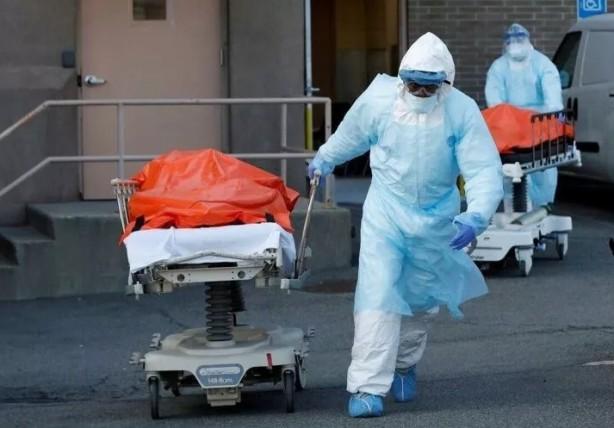 Foto - Ülkede normalin üzerindeki ölümler nedeniyle New York şehrinde de morglar doldu, koridorlarda ceset torbaları bekletilmeye başlandı.