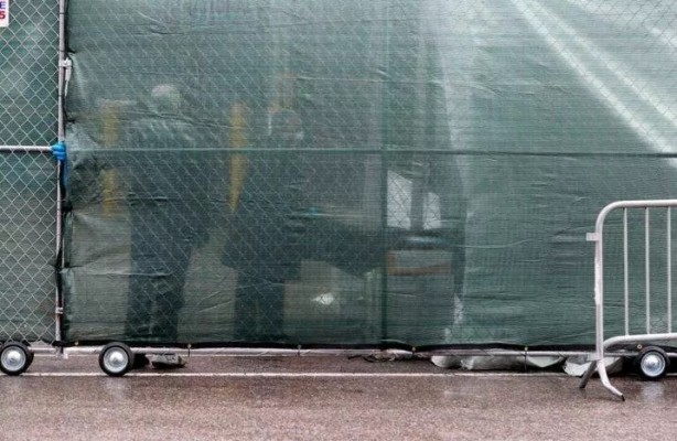 Foto - Cenazeler taşınırken morgun çevresi tel örgüyle kapatıldı.