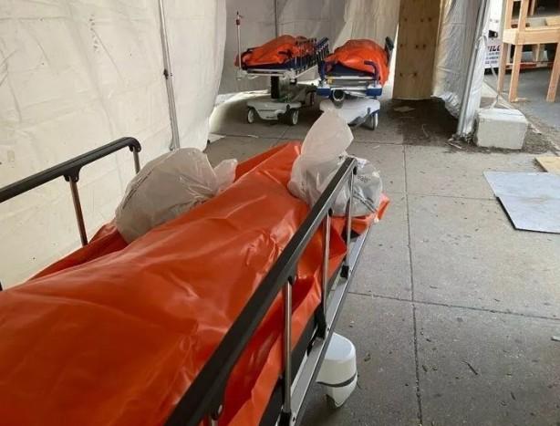 Foto - Salgınının merkezi haline gelen New York şehrindeki morg kapasitesi ek çadır ve mobil morglarla artırıldı. Ancak ülkede normalin üzerindeki ölümler nedeniyle Brooklyn'deki bir hastanede morglar doldu, koridorlarda ceset torbaları bekletilmeye başlandı. Görüntüler dehşete düşürdü.