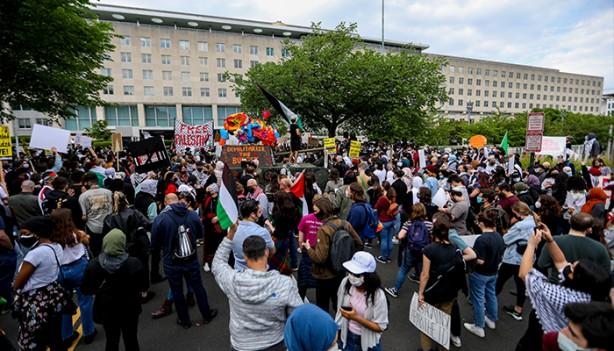 Foto - Daha sonra sayıları bir anda artan ve binlere ulaşan kalabalık Washington D.C. sokaklarında yürümeye başladı.