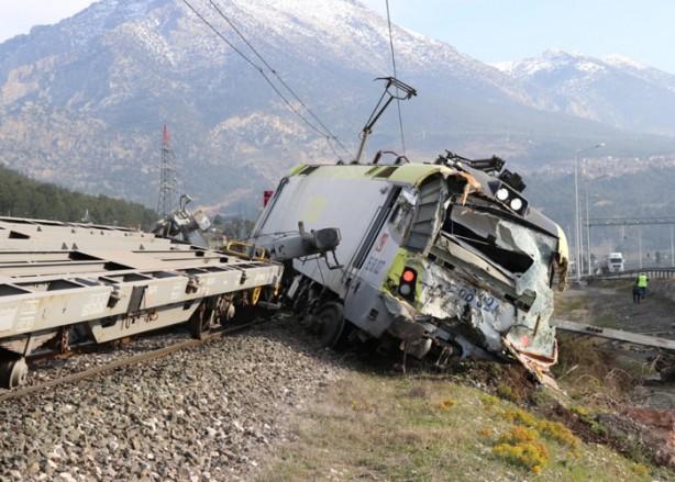 Foto - Ankara-Niğde istikametindeki iki yük treni, henüz belirlenemeyen nedenle Pozantı ilçesinde çarpıştı.