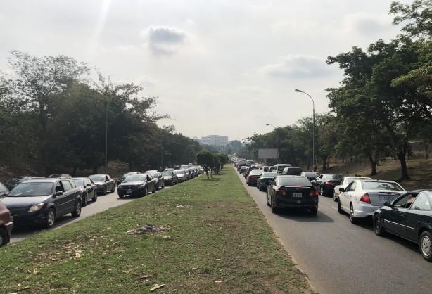 Afrika ülkesinde görülmemiş olay: Hükümet 'zam yok' dedi! Yollar kapandı