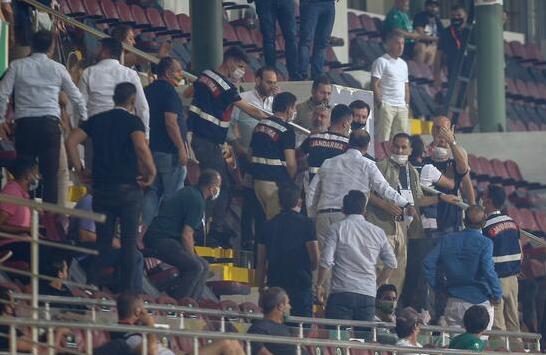 Foto - İlk olarak Alanyaspor Başkanı Hasan Çavuşoğlu ile şiddetli bir tartışma yaşayan Ağaoğlu, maç sonu sahaya inerek Alanyaspor Kulübü çalışanlarına vurmaya kalkıştı.