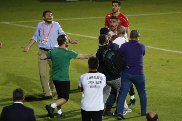Foto - Kritik Alanya deplasmanında galibiyeti son saniyelerde yediği golle kaçıran Trabzonspor'da Başkan Ahmet Ağaoğlu, 90 dakikanın sona ermesiyle çılgına döndü.