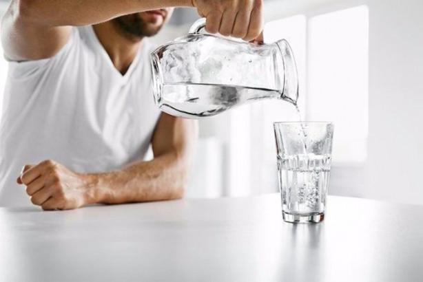 Suyun gece boyunca PH değeri düşüyor ve odadaki karbondioksiti küçük oranda da olsa içine çekiyor. Yatmadan önce yanı başınıza koyduğunuz o bir bardak suyu, sabah uyanır uyanmaz içtiğiniz oldu mu?