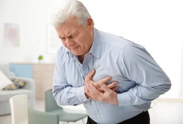 Foto - KALP KRİZİ RİSKİ ARTIYOR Sıcaklık artışı ile birlikte kalp hızı artıyor ve cilt damarları genişleyerek kan dolaşımından daha çok pay alıyor. Terleme ile vücut, ısısını düşürmeye çalışıyor, solunum sıklığı ve derinliği artıyor. Hipertansiyonu ve damar sertliği olanlar ve bu hastalıklar ile ilgili ilaç kullananlar için bu durum; inme, ritm bozuklukları ve kalp krizi riskini artırıyor. Aşırı sıcaklarda vücut adaptasyon için bu değişimleri yaparken bu, organlar için hem aşırı yük oluşuyor hem de bir yandan bu yükü engellemeye yönelik ilaçlar kullanıldığından sıcaklık artışına yeterince adaptasyon sağlanamıyor. İşte bu risklerden kaçınmak için bol sıvı tüketimi şart. Açık renkli kıyafetler giymek, sıcaklığın yoğun olduğu zamanlarda bedenimizi zorlayacak yürüyüş, egzersiz, aşırı yemek yeme, alkol alımı gibi alışkanlıklardan kaçınmak gerekiyor.