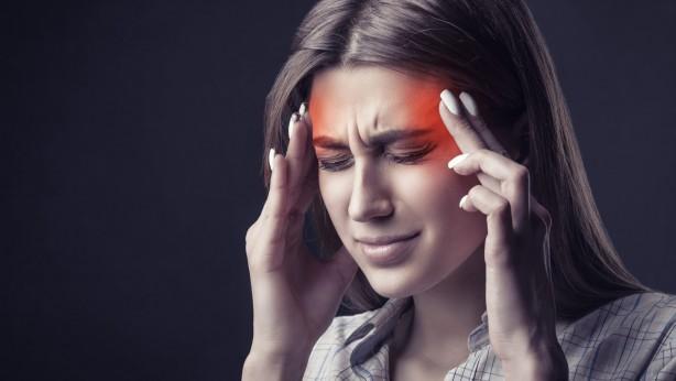 Foto - MİGREN ATAKLARİNİ TETİKLİYOR Yapılan çalışmalarda sıcaklıktaki her 5 derece artışın migren atağı nedeniyle hastanelere başvuran hastalarda yüzde 7.5 artışa yol açtığı tespit edilmiş. Bunun yanı sıra nem oranın artması ve ani ısı artışlarının migren ataklarını tetikleyen diğer faktörler. Bu nedenle aşırı sıcaklarda bol sıvı tüketimi, kaliteli camlara sahip güneş gözlüğü kullanımı, saçların ıslatılması gibi önlemler ön plana çıksa da aşırı sıcak günlerde mecbur kalınmadıkça güneşe çıkılmaması, klimalı ortamlarda bulunulması gerekiyor. Acıbadem Beylikdüzü Tıp Merkezi İç Hastalıkları Uzmanı Dr. Murat Özışık,