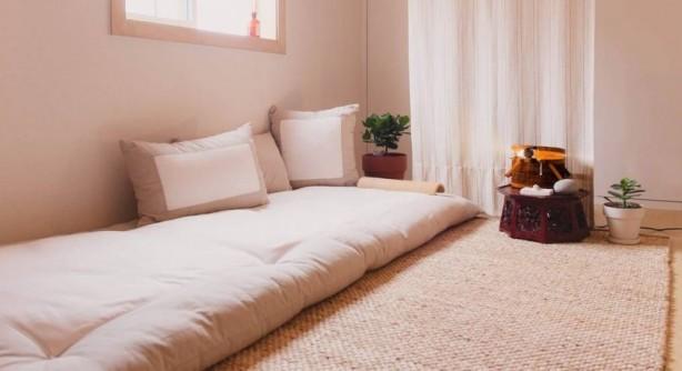 Araştırmacılar bunu Japonların yer yataklarında yatıyor olmalarına bağlıyorlar. Japonlar da gerçi şimdi modern yaylı yataklarını kullanıyorlar ama, bunu zemine koyarak rezonan radyasyon dalganın yoğunluklu olduğu bölgeden kurtarmış oluyorlarmış.