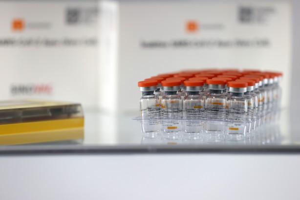 Foto - COVİD-19 AŞILARI GÜVENLİ MİDİR? Hiçbir aşı, faz çalışmaları yapılmadan, bu çalışmaların sonuçları ilgili mercilerle şeffaf bir şekilde paylaşılmadan onay alamaz, piyasaya sürülemez. Aşı çalışması yapan kuruluş, geliştirme ve üretim sürecinde uluslararası kalite standartlarına uymak zorundadır. Bu standartlar İyi Laboratuvar Uygulamaları (GLP-Good Laboratory Practices), İyi Klinik Uygulamaları (GCP-Good Clinical Practices) ve İyi Üretim Uygulamaları'dır (GMP-Good Manufacturing Practices).