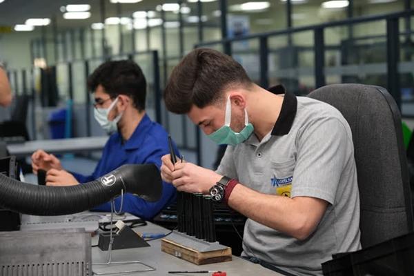 Foto - Özsoy, firma olarak yaklaşık 300 çeşit telsiz, silah, termal, robotik ve medikal batarya ve batarya sistemleri ürettiklerini dile getirdi.
