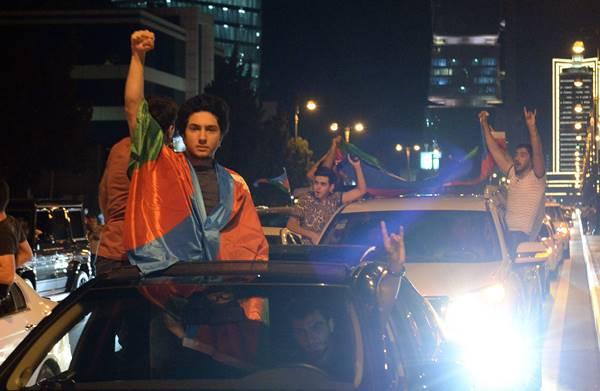 Foto - Azerbaycan halkı gece boyu sokakta gösteriler düzenledi.