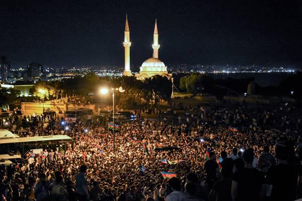 Foto - Pazar gününden bu yana Ermenilerin, Azerbaycan ordusunun sınırdaki mevzilerine düzenlediği saldırıları ve bu saldırılardaki can kayıplarını protesto etmek amacıyla binlerce Azerbaycanlı sokaklara döküldü. Bakü'de ve çevre şehirlerde yaşayan Azerbaycanlılar akşam saatlerinde başkentin sokaklarında kortej oluşturdu. Ellerinde Azerbaycan bayrakları taşıyan ve