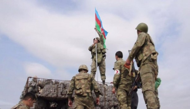 Foto - Azerbaycan ordusu, mevziye Azerbaycan bayrağı dikti.