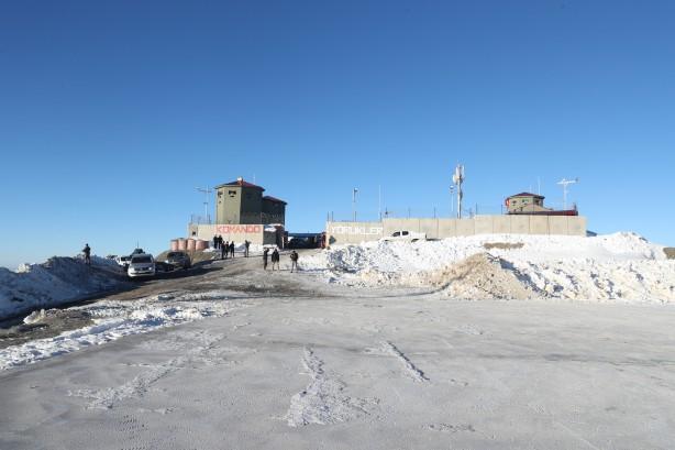 Foto - Üs bölgesinde görev yapan jandarma personeli tarafından karşılanan Soylu, Tendürek Dağı ve çevresindeki son duruma ilişkin komutanlardan bilgi aldı. Bakan Soylu, üs bölgesindeki barınma alanlarını da inceledi.
