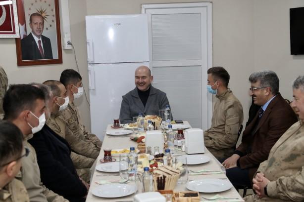 Foto - Geceyi üs bölgesinde geçiren Bakan Soylu ve beraberindekiler, yeni yılın ilk kahvaltısını da burada askerlerle yaptı.