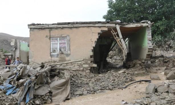 Foto - Sağanağın sele dönüşmesi sonucu sulara kapılan onlarca koyun görüntülenirken, birçok yapının ise yıkıldığı bildirildi.