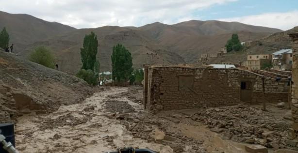 Foto - Başkale ilçesine bağlı Esenyamaç Mahallesi'nde öğle saatlerinden sonra bastıran sağanak yağış hayatı olumsuz etkiledi.