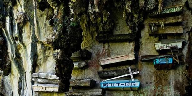 Bir batıl inanç ve gelenek daha... Ölülerin tabutlarını toprağa gömmek yerine duvara asıyorlar