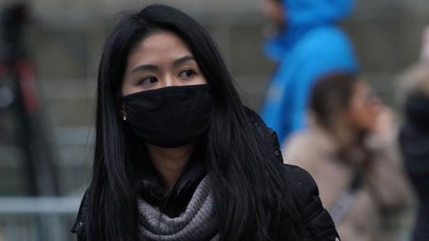 Foto - Öymez, piyasada fazla gördüğü çok değişik bezlerden dikilmiş siyah maskeler olduğunu ifade ederek, şöyle konuştu: <br> Maskeyi takarken rahat ve konforlu olabilmemiz lazım. Bu 'yıkanabilir maske' diye satılan siyah maskelerin çoğu polene karşı ya da hava kirliliğine karşı koruyucudur. Bu maskelerin çoğunun 'CE' işareti yoktur, bu yüzden Türkiye'de ticareti uygun değil. Bu maskeleri takan kişi nefes almakta güçlük çekiyor ve ciddi manada terletiyor. Bu durum maskeyi kullanma amacımızdan bizi çıkarıyor.