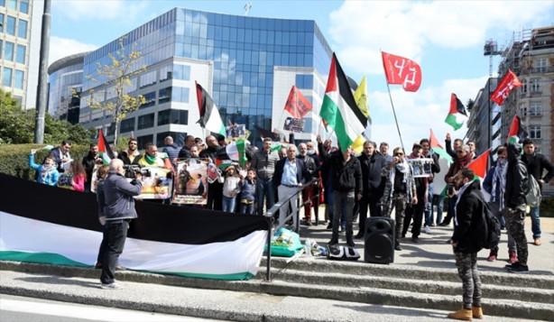 Belçika'nın başkenti Brüksel'de AB kurumlarının bulunduğu Schuman meydanında toplanan yaklaşık 100 kişilik grup, İsrail'i protesto etti.