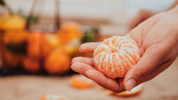 Foto - Mandalina: Turunçgil ailesine ait narenciye meyveleri daha çok kış mevsiminin sembolü olarak hafızalarımızda yer edinmiştir. Ancak kışı beklemeyecek kadar sabırsız olan mandalina, ekim ayında hayatımıza girer ve kasım ayına doğru turunculaşarak tüm şifasıyla dolaplarımızdaki yerini alır.