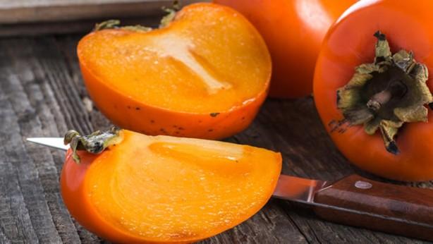 Foto - Hurma: Göz alıcı turuncusu, şeker gibi tadı ve dillere destan faydaları ile sonbahar meyveleri dendiğinde atlanmaması gereken bir meyve olan hurma, en verimli haline elbette tazeyken erişir. Çin'de doğan ve Uzak Doğu'nun tüm şifasını bünyesinde barındıran hurmanın tek bir porsiyonunda yüzde 55 A vitamini, 6 gram fiber, yüzde 30 magnezyum ve sadece 118 kalori bulunur. (Milliyet)