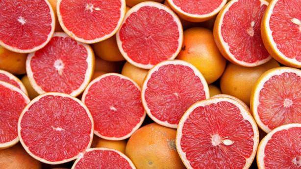 Foto - Greyfurt: Yine turunçgil ailesinden bir sonbahar meyvesiyle karşınızdayız. En lezzetli ve en verimli halini kasım ayındaki hasadından veren greyfurt, tatlı bir meyve olmaktan ziyadesiyle uzak olduğu için daha çok taze meyve suyu veya detoks kürlerinde ek gıda gıda olarak kullanılır. En düşük kalorili meyvelerden biri olarak nam yapan bu sonbahar meyvesi, diyet yapanlar için birebirdir.