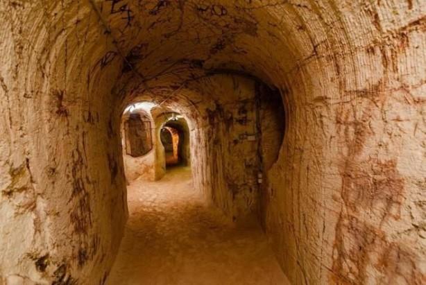 Foto - 100 YIL ÖNCE KEŞFEDİLMİŞ: İşin ilginç olanı, Coober Pedy'nin kökenlerinin de yer altına dayanması. Yaklaşık 100 yıl önce genç bir çocuk, bölgede birkaç parça opal keşfetmiş.