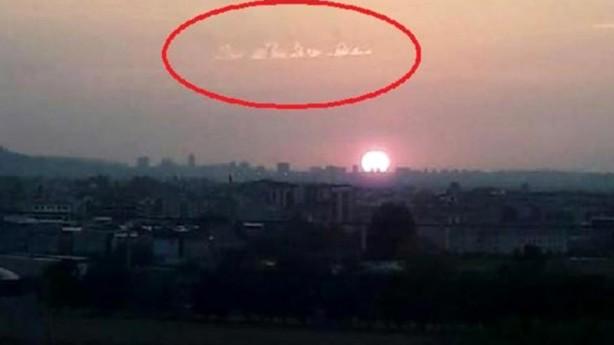 Foto - Görüntülerde yer alan bulutların el yazısına benzediği görülüyor. Nilüfer ve Osmangazi ilçelerinde yaşayan vatandaşlar, bulutlardaki şekli sosyal medya üzerinden paylaştı.