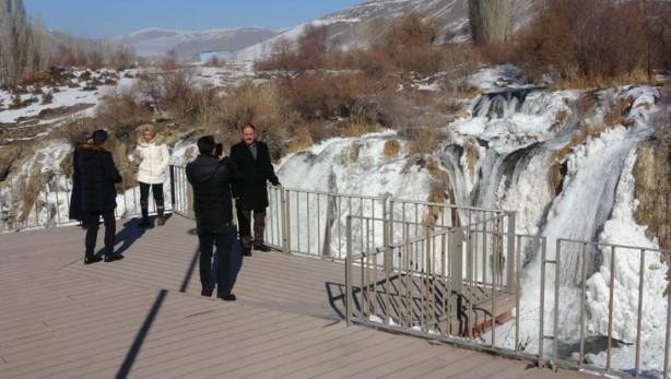 Foto - DOYUMSUZ GÖRÜNTÜLER OLUŞTURUYOR - Yaklaşık 20 metre yükseklikten akan şelalenin buzla kaplı görüntüsü, seyrine doyumsuz görüntüler oluşturdu.