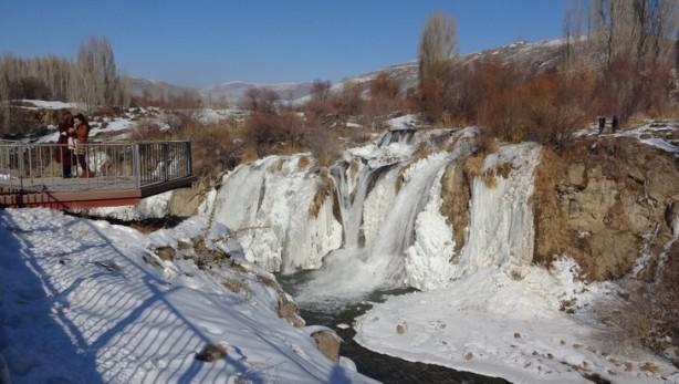 Foto - Hava sıcaklığının ocak ayında sıfırın altında 10 dereceye kadar düşmesi, yaz aylarında coşkulu akan suyuyla dikkat çeken Muradiye Şelalesi'nin bir bölümünü buza dönüştürdü.