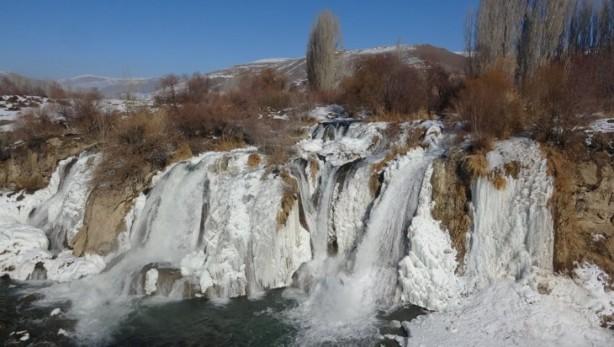 Foto - Her memlekette bu tür doğal güzelliklerin olmadığını ifade eden vatandaşlar; yazı ayrı, kışı ayrı güzel olan şelaleyi herkesin görmesini tavsiye etti.