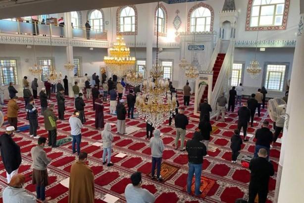 Camiye alçak saldırı! Cemaat etkisiz hale getirdi