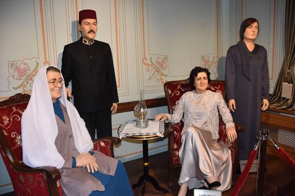 Foto - CHP'lilerin en iyi bildiği işi yapan heykeltıraş Büyükerşen, siyaset, sanat ve spor dünyasından birçok ismin balmumu heykelini yaptı.