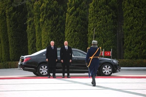 Foto - ERDOĞAN'DAN ALİYEV'E HEDİYE <br> Cumhurbaşkanı Recep Tayyip Erdoğan, Türkiye-Azerbaycan Yüksek Düzeyli Stratejik İşbirliği Konseyi'nin 8'inci Toplantısı'na katılmak üzere geldiği Bakü'de, Azerbaycan Cumhurbaşkanı İlham Aliyev ile görüştü.
